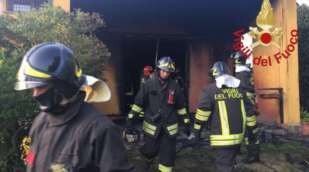 Como, incendio in casa: gravissimi tre bambini, trovato morto il padre