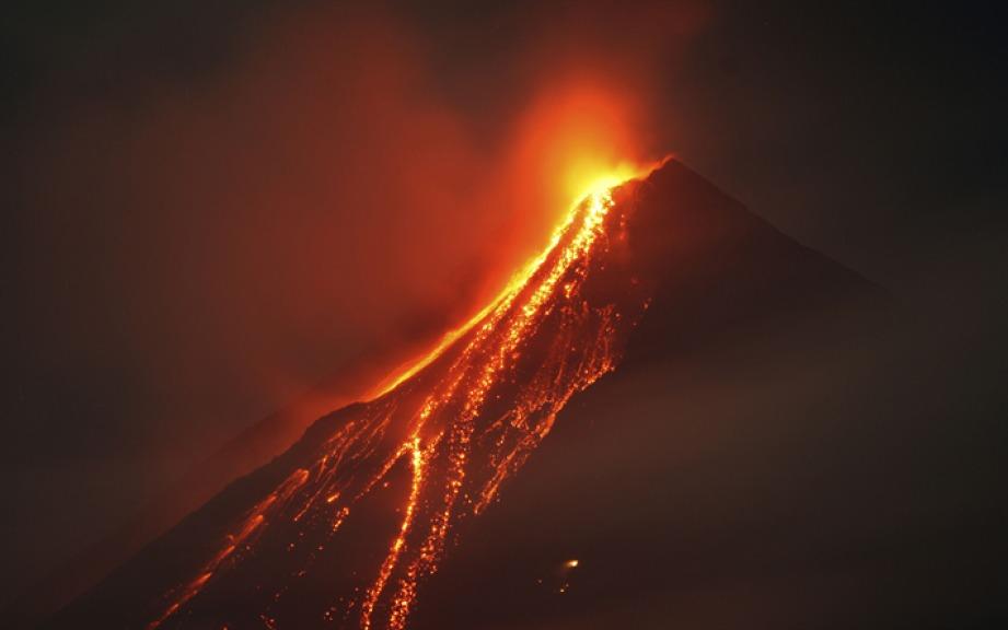 Filippine: fumo e cenere dal vulcano Mayon, centinaia di sfollati
