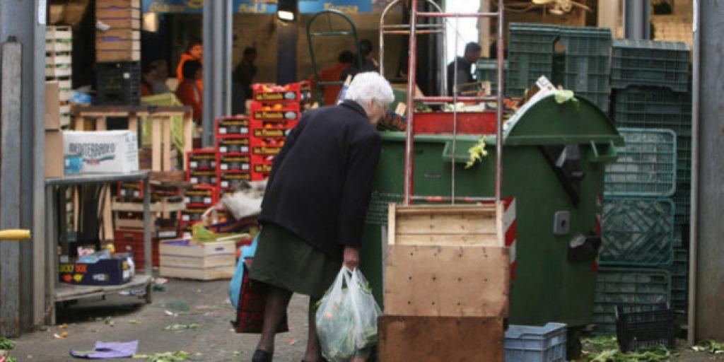 Senza soldi e affamata pensionata sviene al supermercato