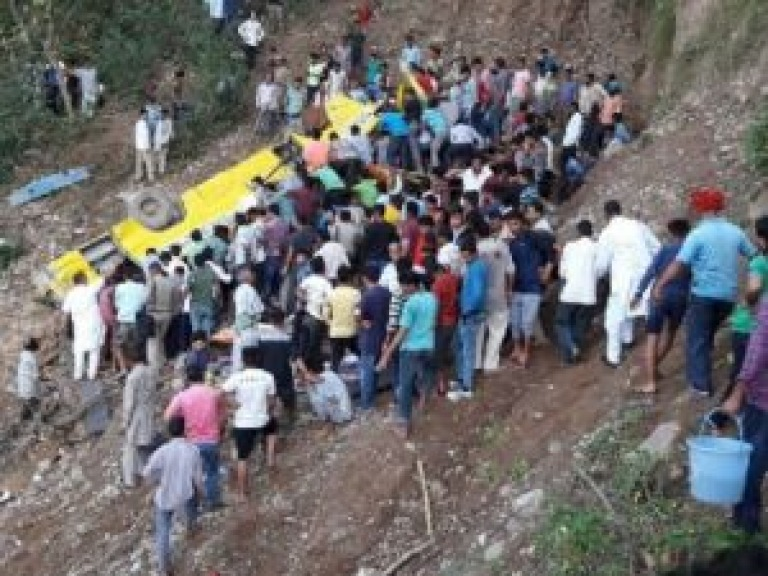 Scuolabus finisce in un burrone: 30 morti di cui 27 bambini