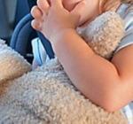 Bimba di due anni chiusa per ore in auto nel parcheggio sotterraneo. I genitori facevano shopping
