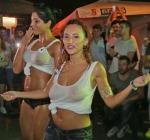 Ecco Miss Maglietta Bagnata, 12 Ragazze e Secchiate D'Acqua. Si Grida allo Scandalo!