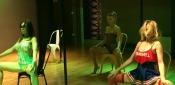 Justine Mattera a Scuola di Pole Dance. L'Esibizione in Autoreggenti Rosse e Mini è da Urlo - VIDEO