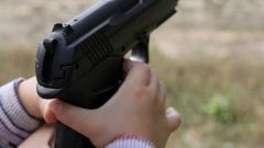 Bimbo trova pistola e spara