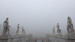 Roma avvolta dalla nebbia, le immagini spettacolari da Twitter