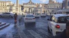Operatore Ama lava auto in centro a Roma
