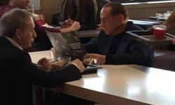 Sorpresa da #McDonalds: al tavolo c'è #Berlusconi. Lo scatto dell'ex premier fa il giro del web