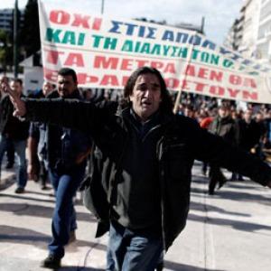 Grecia nel caos, assalti ai supermercati e rivolte contro la troika. Ma nessuno ne parla...
