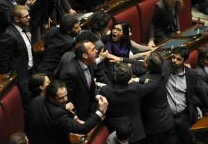 Montecitorio scontri in aula della camera ferito il for Presenze camera deputati