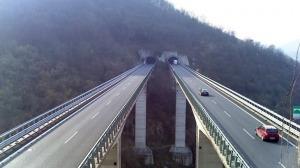 Tenta il suicidio buttandosi da ponte autostradale, salvo grazie all'intervento della Polizia