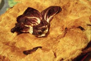 Torta sfoglia con radicchio, gorgonzola e stracchino