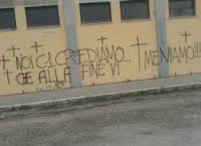 """La scritta sui muri esterni del """"Guido Angelini"""""""