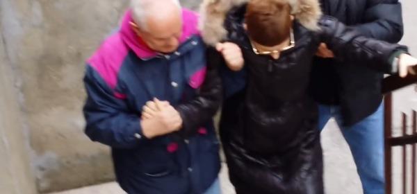 Liliana sale le scale aiutata da due persone