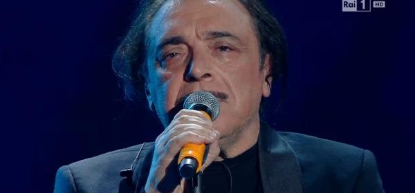 """Sanremo 2016, Nino Frassica canta """"A mare si gioca"""""""
