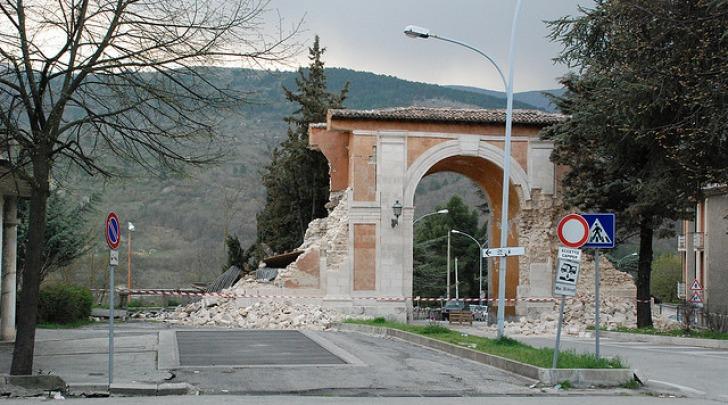 Porta Napoli dopo il terremoto del 6 aprile 2009