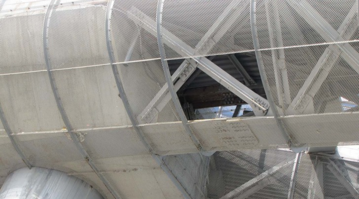 Ponte del mare: uno dei due varchi aperti nella carena