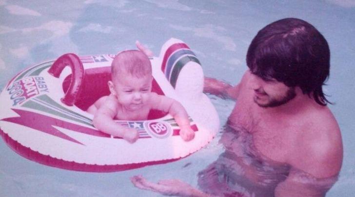 Belen Rodriguez con il padre in piscina