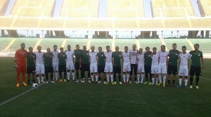 Le due squadre prima del calcio d'inizio (foto dal sito ufficiale del Chieti)