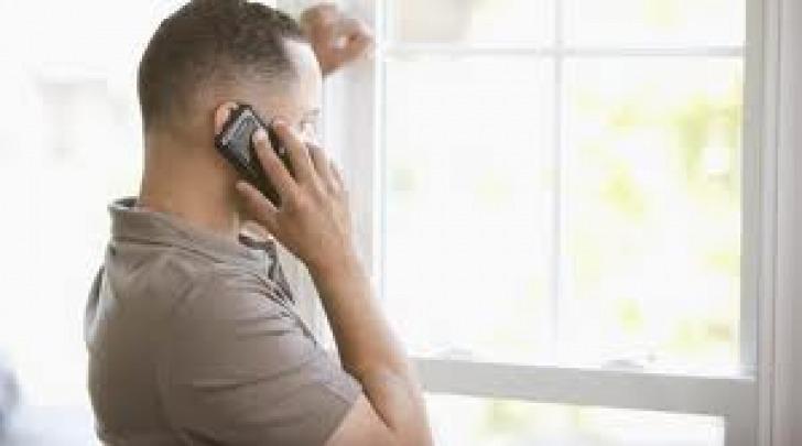 Persona al telefono