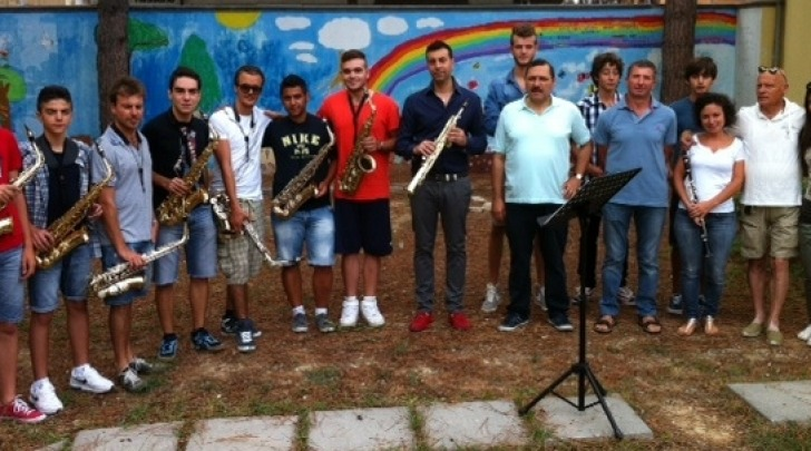 Il sindaco Attilio Di Mattia con i giovani sassofonisti