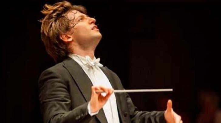 Daniele Rustioni che inaugurerà la stagione con l'Orchestra della Toscana