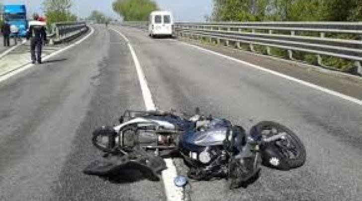 Scontro tra moto e furgone