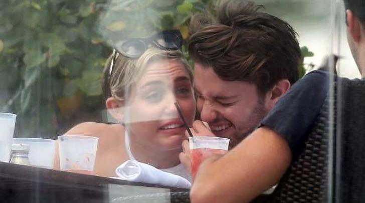 Miley Cyrus, Patrick Schwarzenegger e Cody Simpson pranzano a Miami (Olycom)
