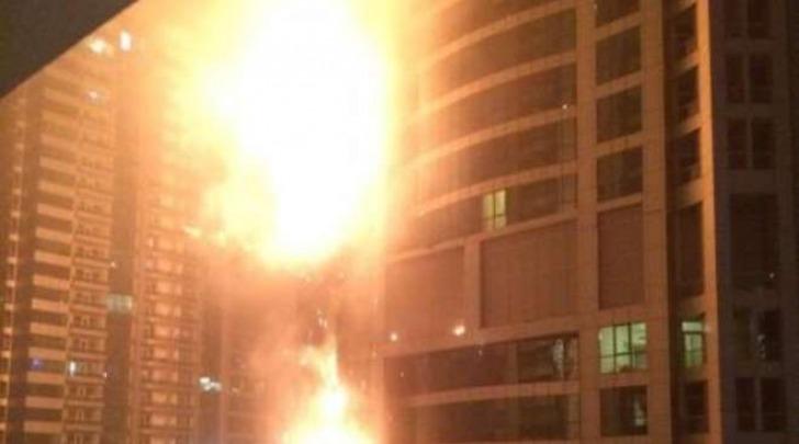 Dubai, si incendia la Torch Tower