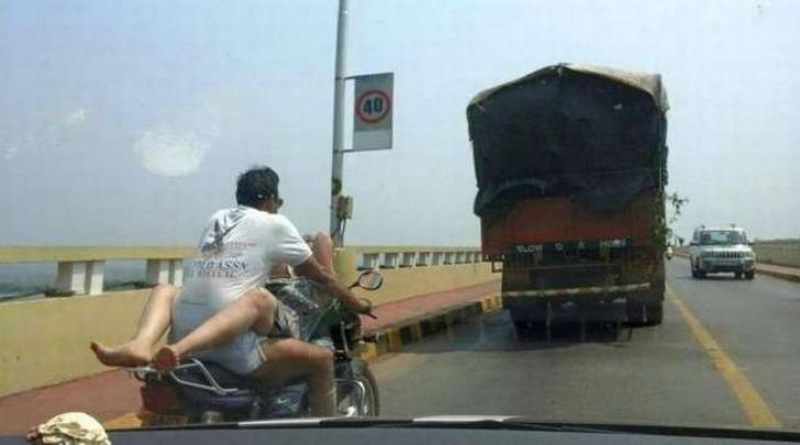 India, la foto della coppia hard in moto
