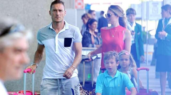 La famiglia Totti Blasi in partenza da Fiumicino (Olycom)