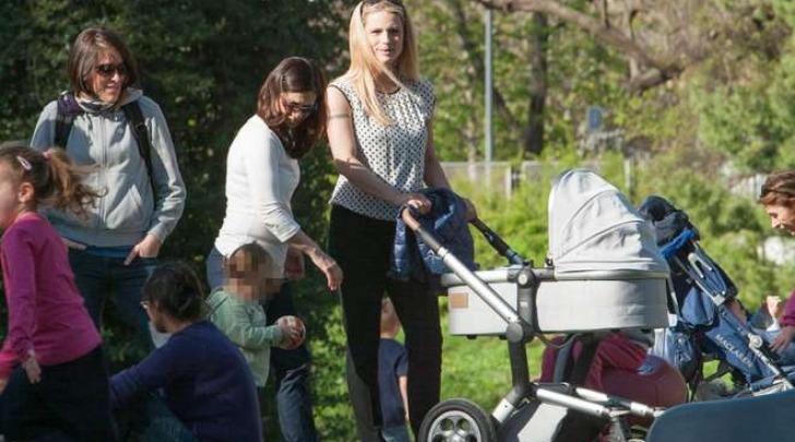 Michelle Hunziker con le figlie ai giardini pubblici (Lapresse)