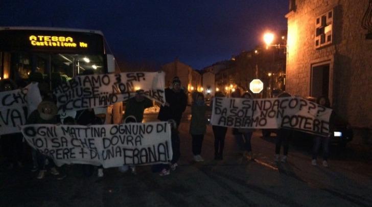 Studenti bloccano bus per andare scuola