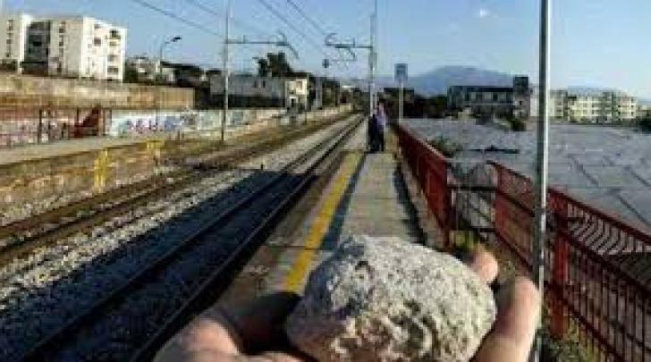 Sassi contro treni