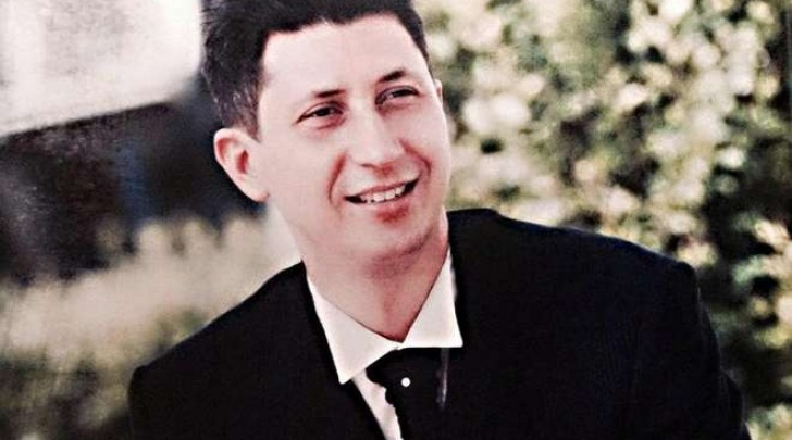 Enzo Costanza, papà in fuga col figlioletto neonato