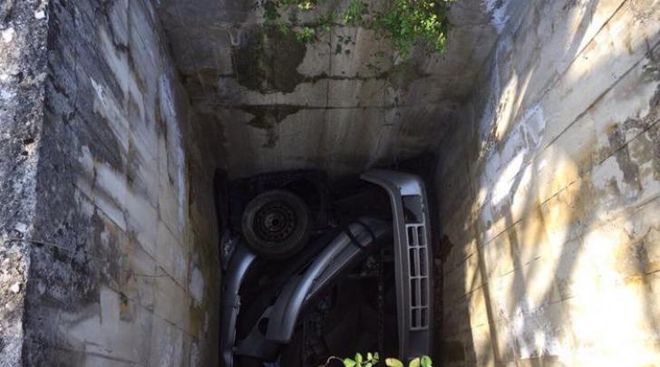 Auto smontata trovata in un pozzetto