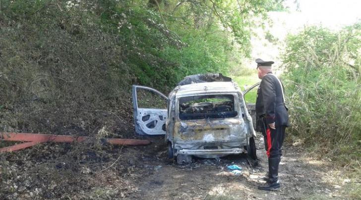 auto incendiata - foto da ansa