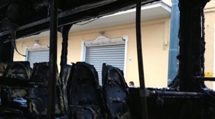 L'autobus distrutto dalle fiamme
