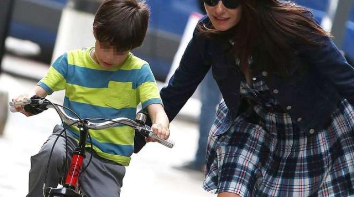 Ilaria D'Amico al parco a Milano col figlio Pietro (Olycom)