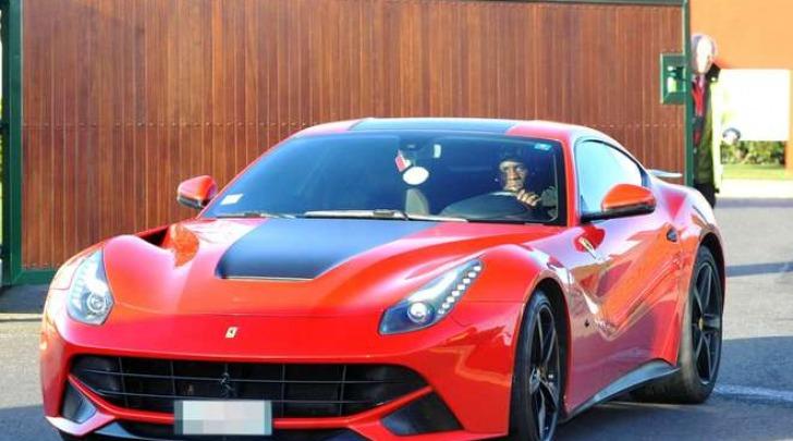 Mario Balotelli sulla sua Ferrari (Olycom)