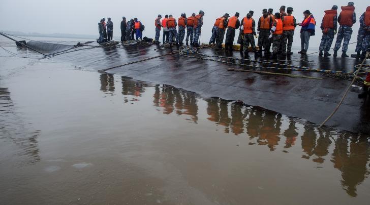 Cina_Affonda traghetto - foto da infophoto