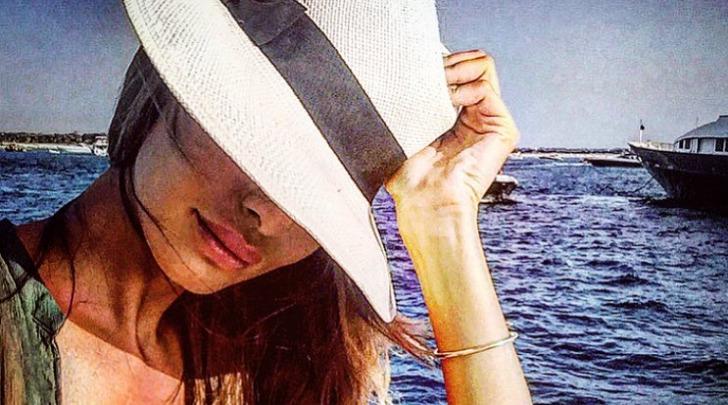 Alessia Tedeschi con Cappello a Tesa Larga