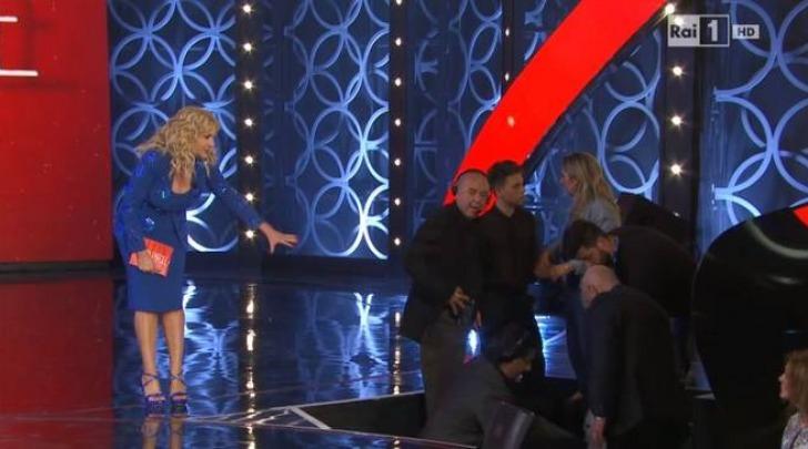 Antonella Clerici, incidente e panico in diretta a 'Senza Parole': l'ospite cade dal palco
