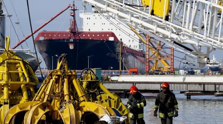 Scoppia bombola su imbarcazione, tre operai feriti a Napoli