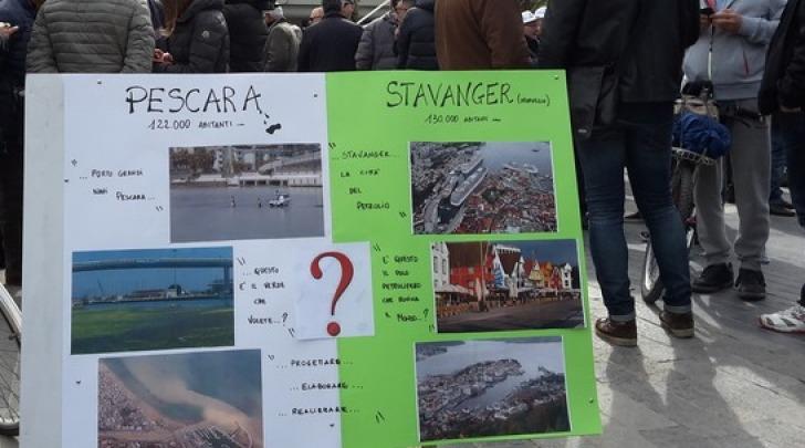 Manifestazione in piazza della Rinascita a Pescara