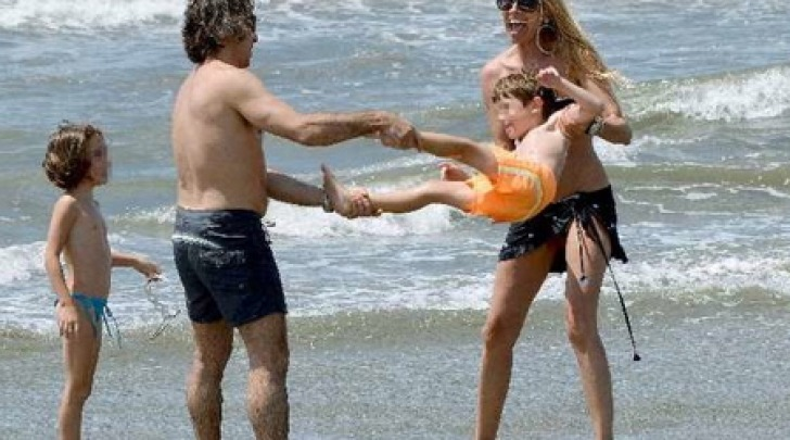 Federica Panicucci e Mario Fargetta in spiaggia