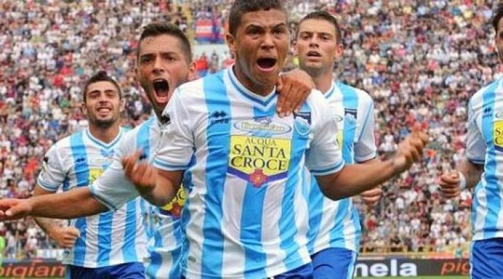 Juan Fernando Quintero esulta dopo il gol di Bologna