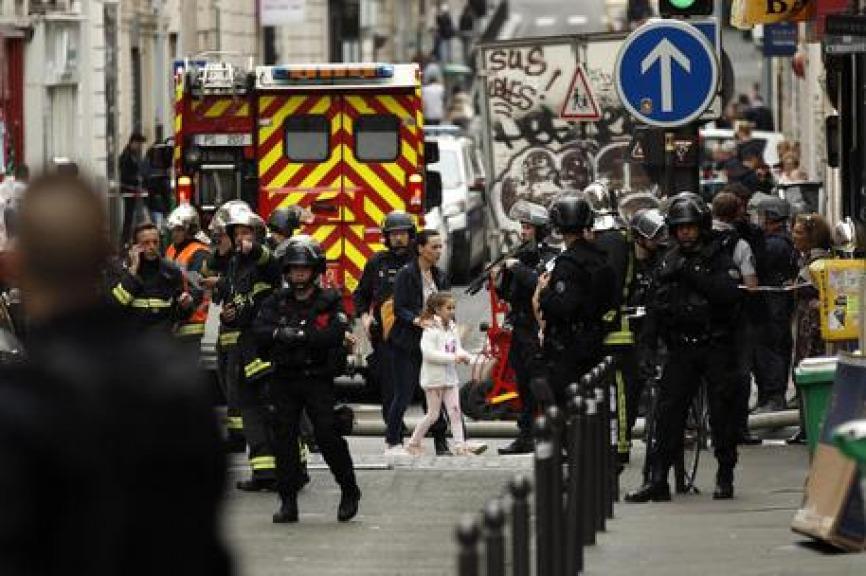 Ostaggi in centro a Parigi, uomo armato