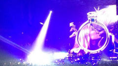 Miley Cyrus, bacio lesbo con la fan