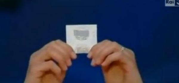 Il preservativo mostrato come un'ostia