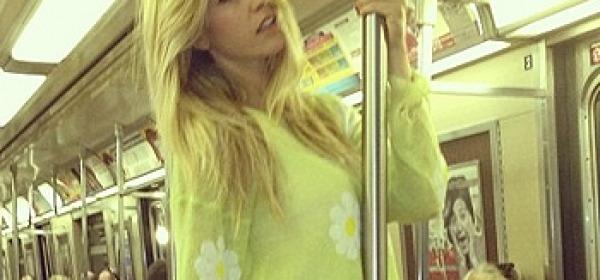 Elena Santarelli in metro